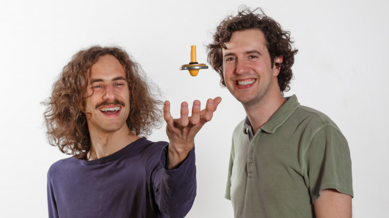 Caption:   Cosimo Rusconi (l.) and Oriol Romero-Isart (r.) play with a levitron